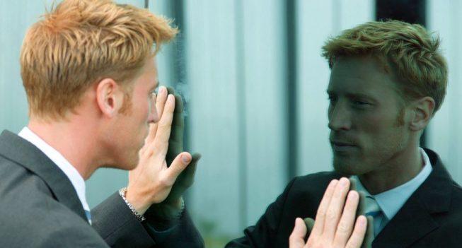 homem alpha de frete para o espelho