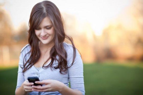 mulher-conversando-whatsapp