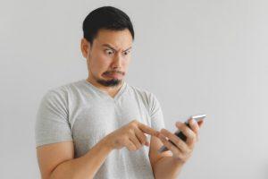 homem-preocupado-olhando-whatsapp