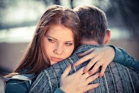 mulher-triste-abraçando-homem