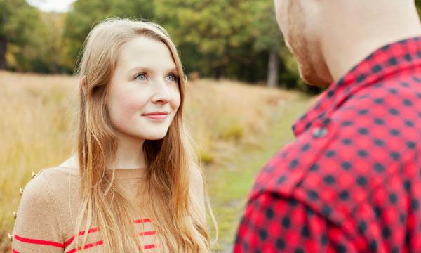 mulher-olhando-homem-atraente